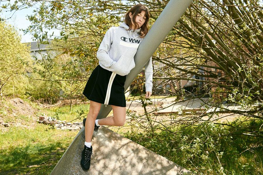Champion x Wood Wood — dámská šedá mikina s kapucí — černá sukně
