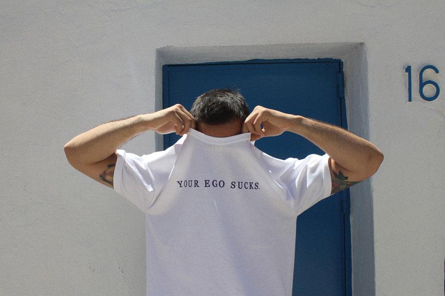 Hurthado Clo' — bílé tričko s potiskem Your Ego Sucks.