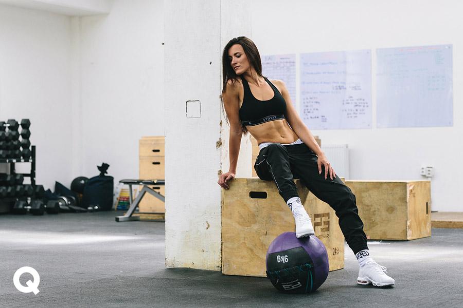 Queens x Kamila Pavlíčková — lookbook — CrossFit — sportovní podprsenka Stussy Cross Back Crop — černá
