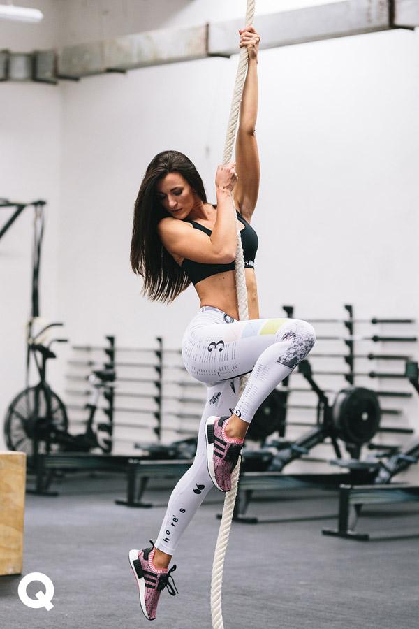 Queens x Kamila Pavlíčková — lookbook — CrossFit — bílé legíny s adidas IP AOP Leggins s potiskem — dámské růžové boty adidas NMD_R1 PK