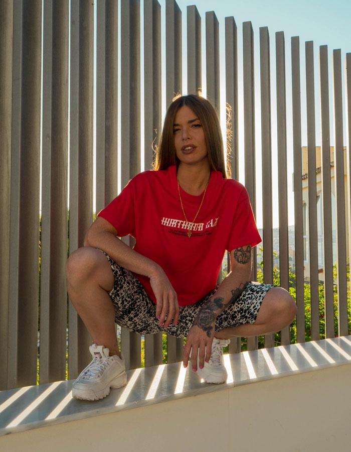 Hurthado Clo' — bílé dámské šortky se vzorem — červené tričko