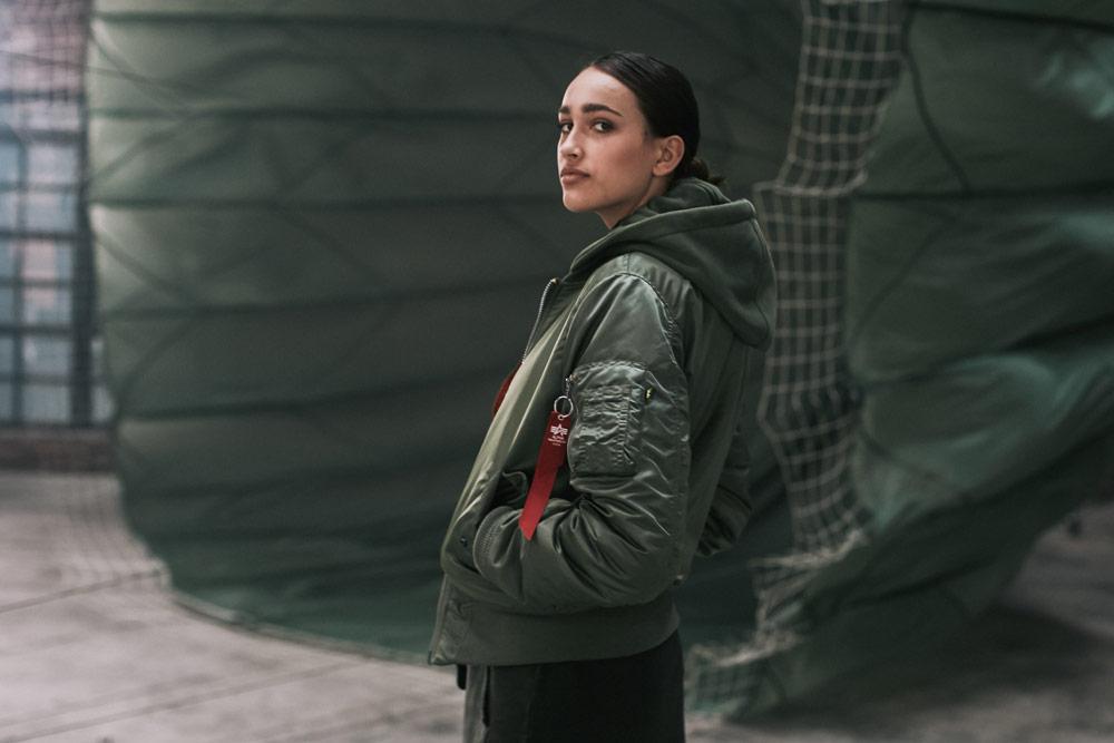 Alpha Industries — dámský bomber s kapucí — zelený (army green) — bomber hoodie jacket