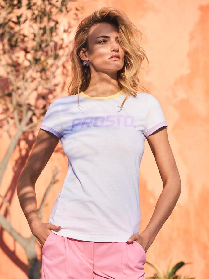 Prosto — bílé tričko s fialovými lemy rukávů, žlutý lem výstřihu — lookbook jaro/léto 2017