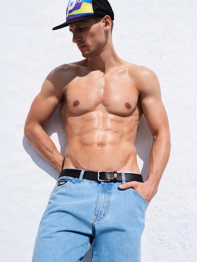 Prosto — barevná kšiltovka — pánské modré jeansy — lookbook jaro/léto 2017