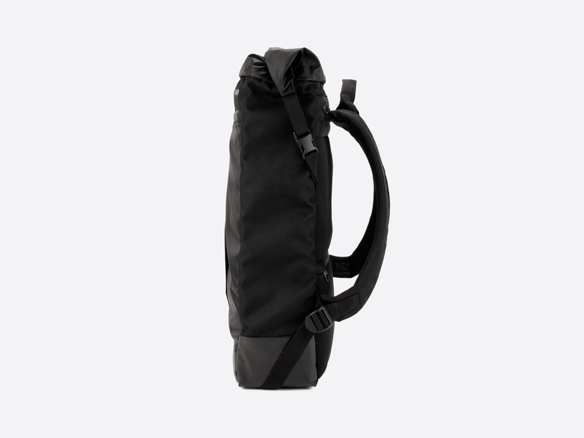We Are Able — Neustadt Black — batoh — nepromokavý — boční pohled