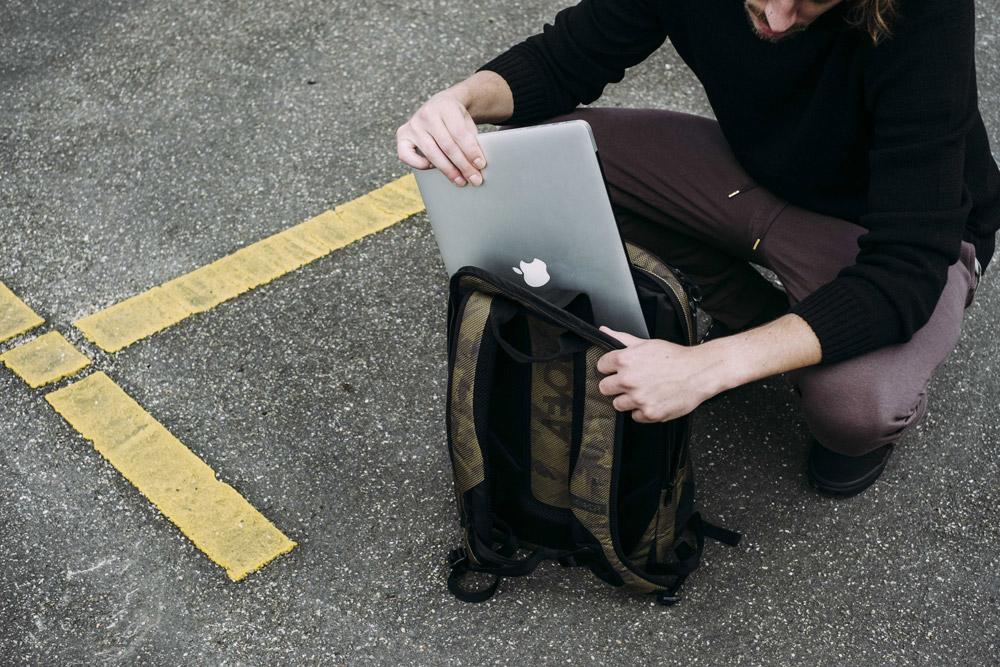 Aevor — Bookpack — recyklovaný batoh z PET — úložný prostor — detail — sustainable