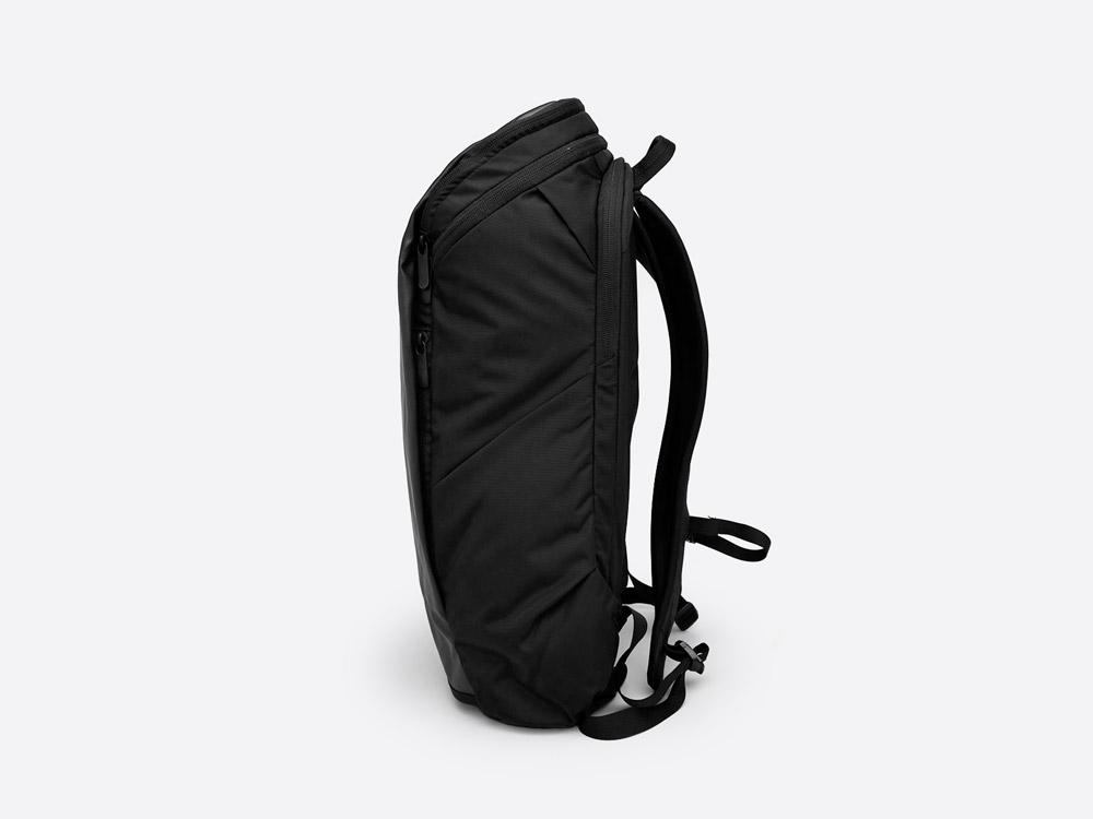 The North Face — Kaban — černý batoh — boční pohled