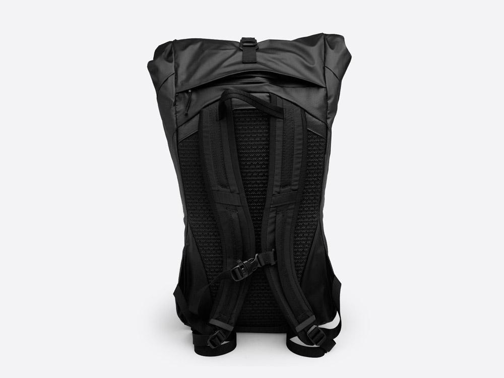The North Face — Peckham — černý roll-top batoh — zadní pohled