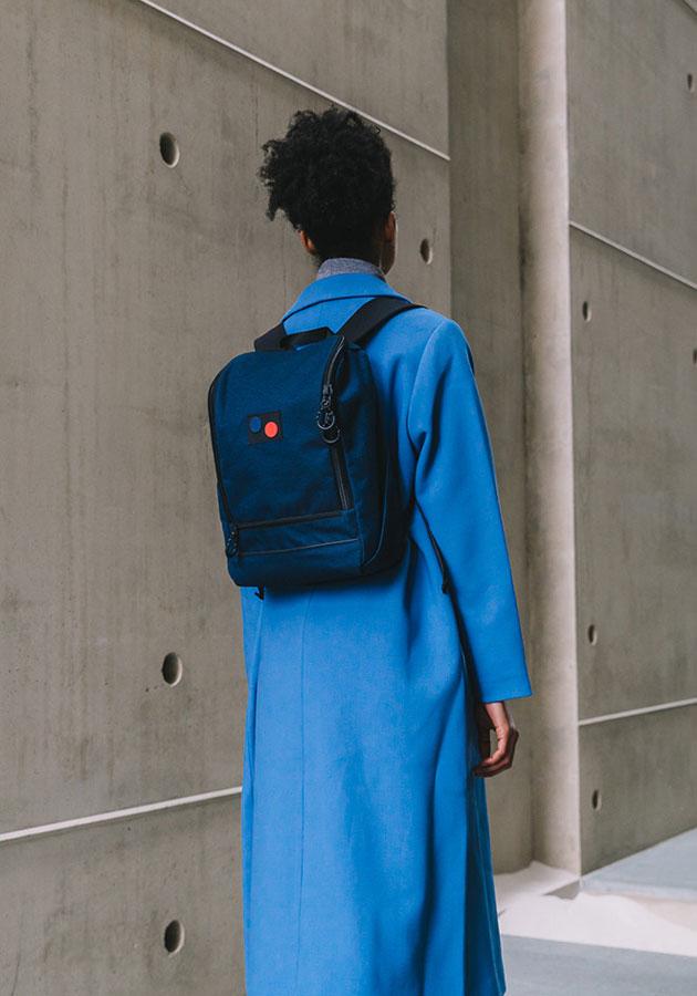 Pinqponq — Okay Rucksack — recyklovaný batoh z PET — tmavě modrý (navy blue) — sustainable recycled backpack