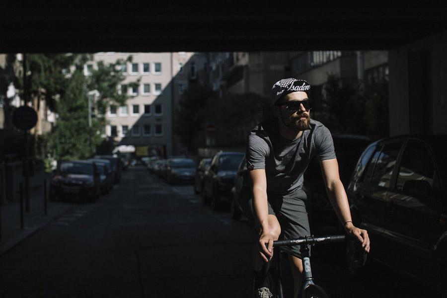 Isadore Apparel — šedé cyklistické tričko z merino vlny — šedé cyklistické kraťasy, šortky — oblečení pro městskou cyklistiku — urban cycling apparel — grey tshirt, shorts