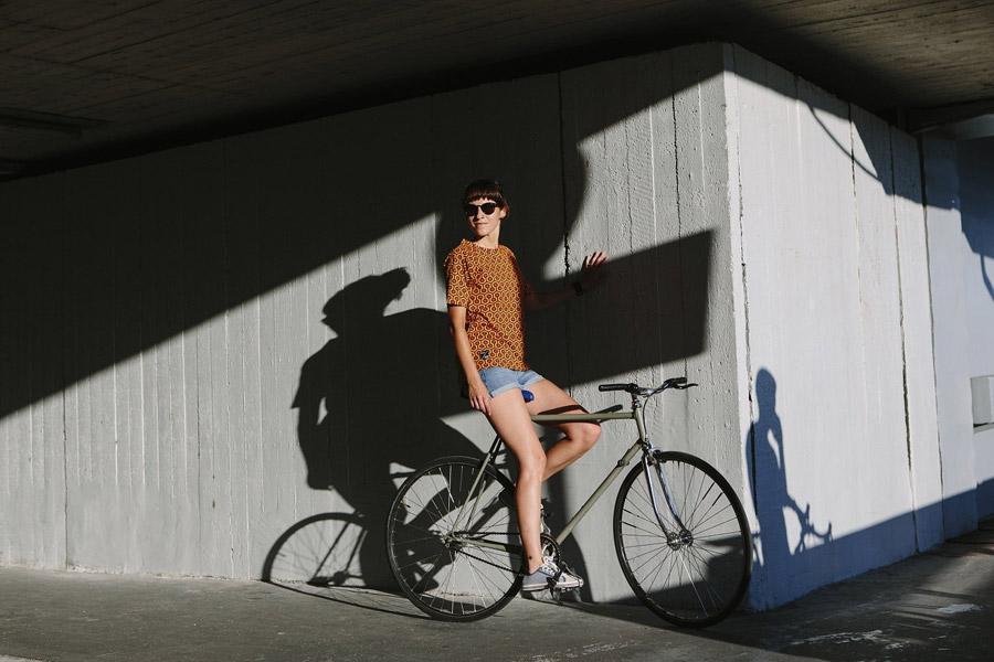 Isadore Apparel — dámské cyklistické tričko — červeno-oranžové se vzorem — bavlněné — oblečení pro městskou cyklistiku — urban cycling apparel — orange tshirt