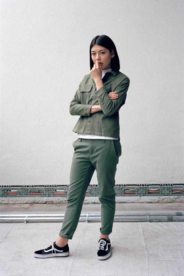 Carhartt WIP — dámská zelená blůza s dlouhým rukávem — dámské zelené kalhoty — podzim/zima 2017
