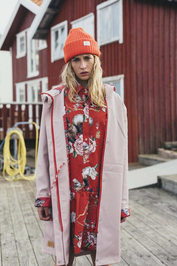 Femi Stories — dámská růžová dlouhá podzimní bunda s kapucí — parka — červené šaty s květinovým vzorem — oranžová čepice