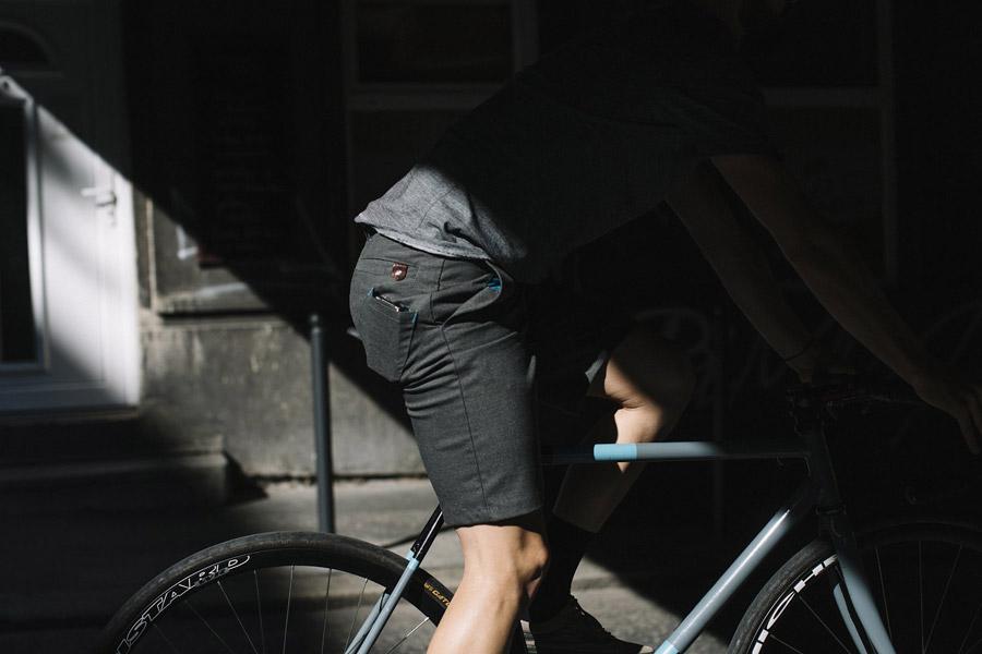 Isadore Apparel — šedé cyklistické kraťasy — pánské — oblečení pro městskou cyklistiku — urban cycling apparel — grey shorts