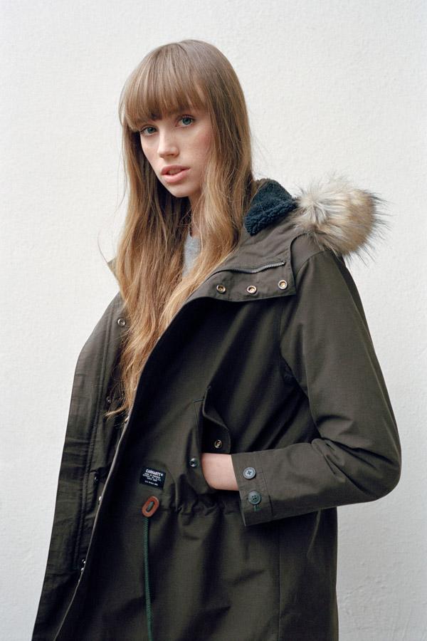 Carhartt WIP — dámská parka s kapucí a kožíškem — bavlněná dlouhá bunda — zelená (army green) — podzim/zima 2017