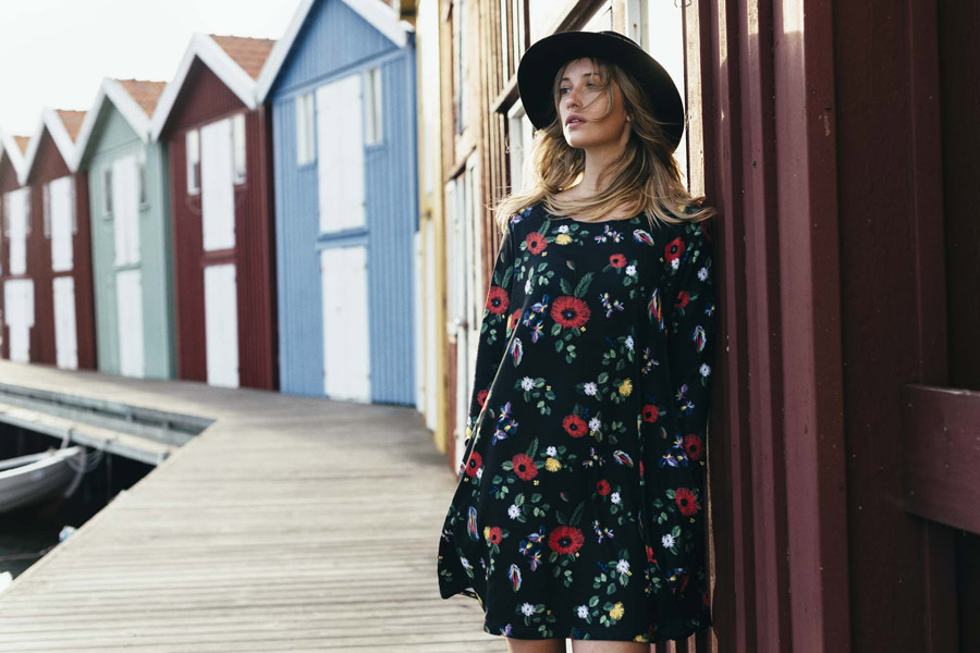 Femi Stories — černé šaty s květinovým vzorem