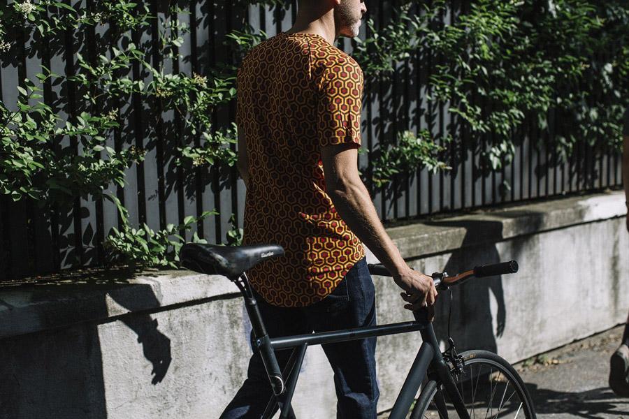 Isadore Apparel — cyklistické tričko — červeno-oranžové se vzorem — bavlněné — pánské — oblečení pro městskou cyklistiku — urban cycling apparel — Shining carpet tshirt