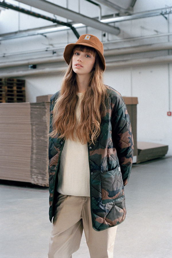 Carhartt WIP — dlouhá prošívaná maskáčová bunda bez kapuce — dámská — camo long jacket — podzim/zima 2017