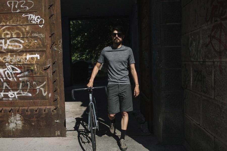 Isadore Apparel — šedé cyklistické kraťasy, šortky — šedé cyklistické tričko z merino vlny — oblečení pro městskou cyklistiku — urban cycling apparel — grey shorts, tshirt