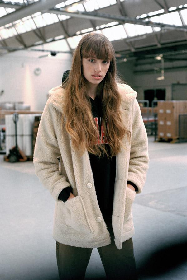 Carhartt WIP — dámský kabát z umělé kožešiny s kapucí — bílý — podzim/zima 2017