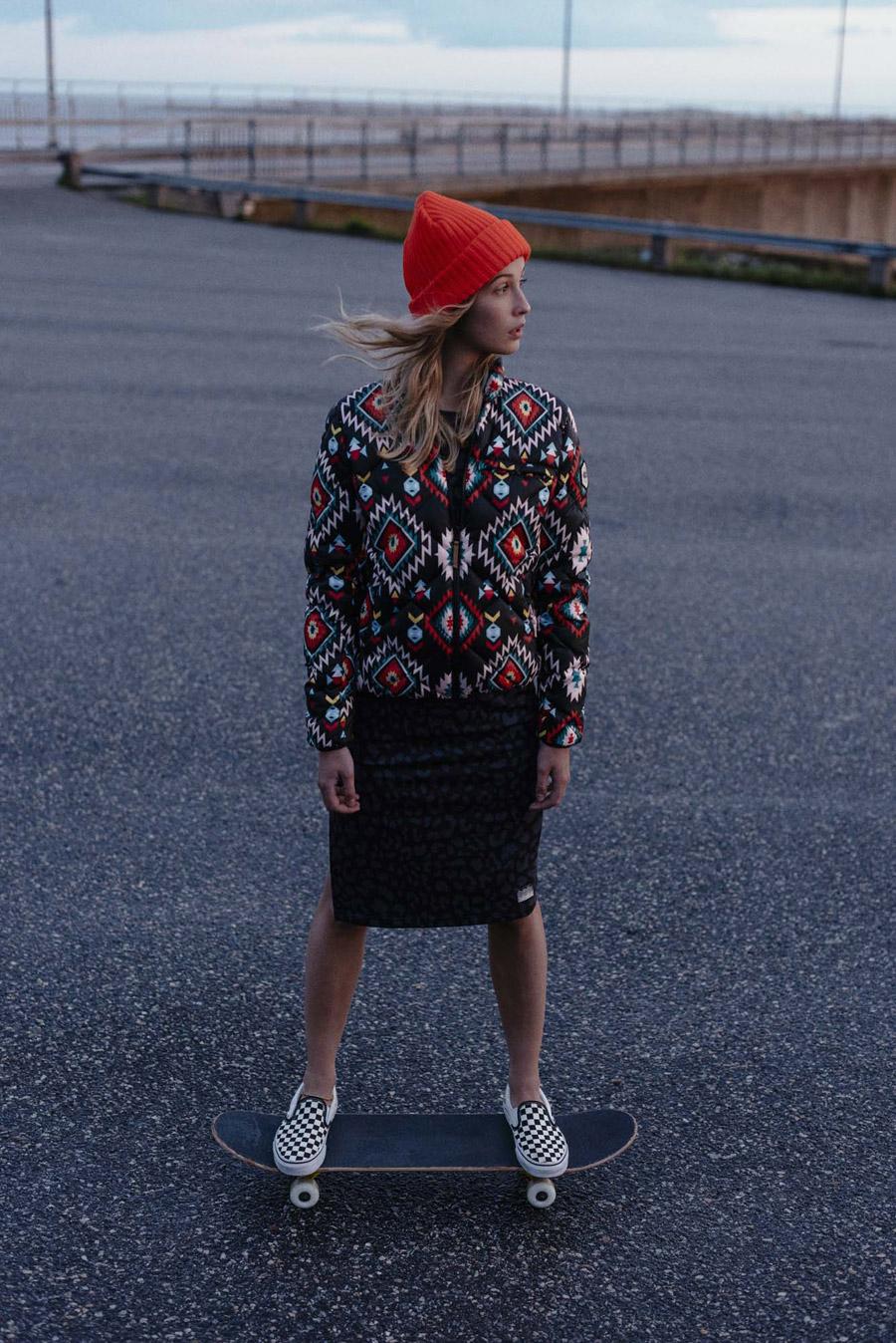 Femi Stories — dámský barevný bomber s aztéckým vzorem — dámská bunda do pasu — černá sukně s leopardím vzorem —
