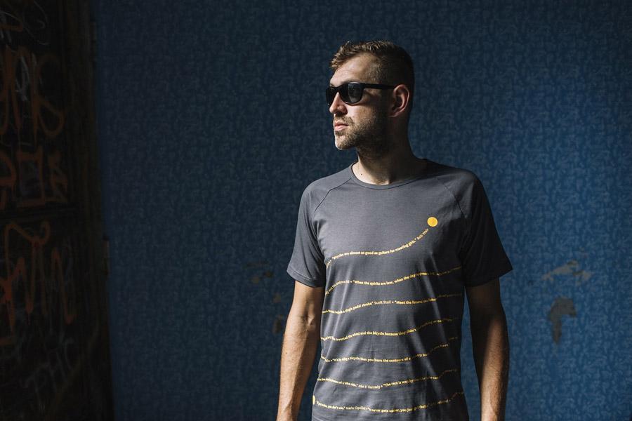 Isadore Apparel — pánské cyklistické tričko s krátkým rukávem — bavlněné — šedé — oblečení pro městskou cyklistiku — urban cycling apparel — grey tshirt