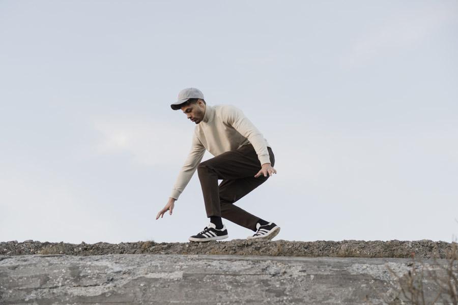 RVLT — pánská bílá mikina se stojáčkem — hnědé kalhoty — men's white sweater, brown pants — Revolution