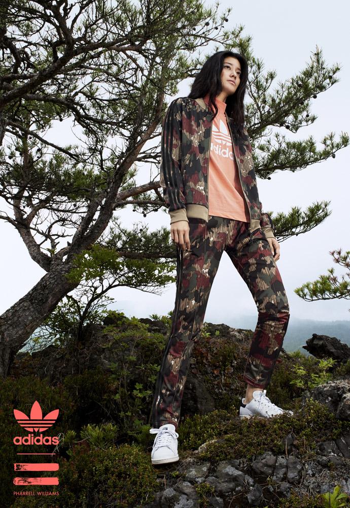 adidas Originals — Pharrell Williams Hu Hiking — dámská maskáčová bunda na zip bez kapuce — maskáčové tepláky