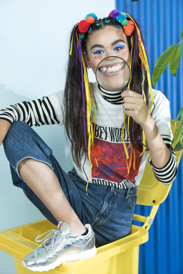 Freshlabels — Surreal — lookbook — podzim/zima 2017 — černo-bílý pruhovaný rolák WeSC Polly Stripe — bíle tričko Obey s potiskem — modré džíny Kings of Indigo Leila