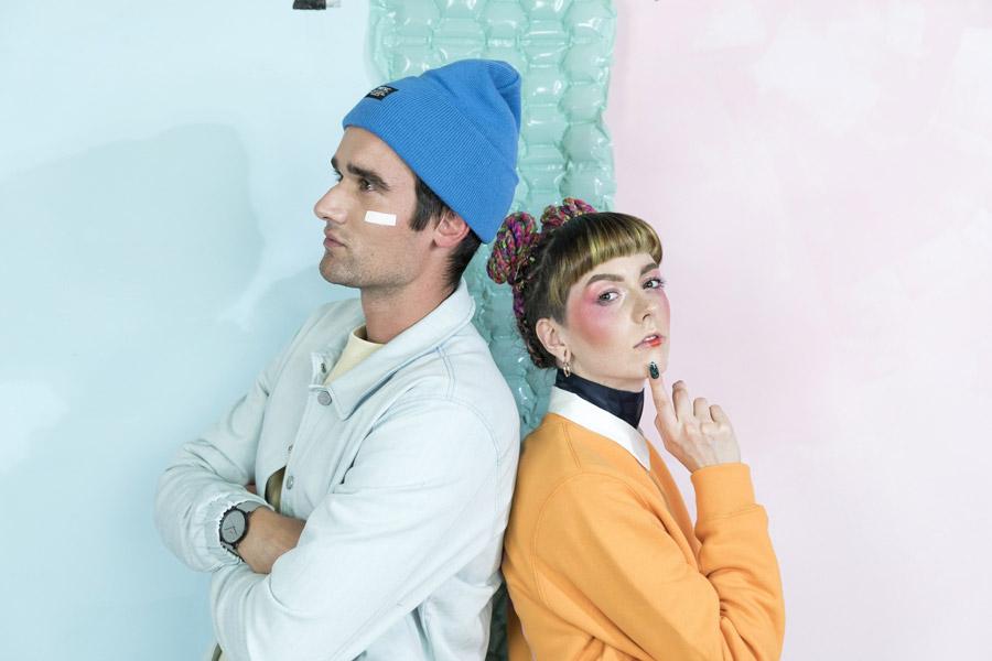 Freshlabels — Surreal — lookbook — podzim/zima 2017 — modrá pletená čepice WeSC Puncho — pánská modrá bunda Wemoto Yuma — dámský oranžový svetr