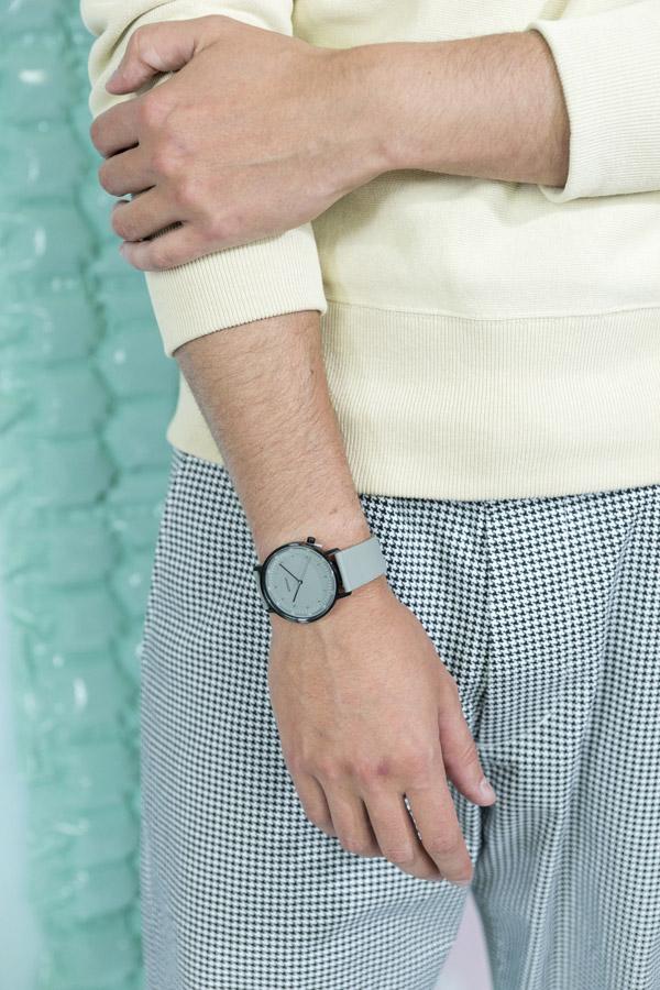 Freshlabels — Surreal — lookbook — podzim/zima 2017 — šedé hodinky Komono Lewis — pánské kostkované kalhoty Obey Straggler Houndstooth — pánská mikina Champion Crewneck
