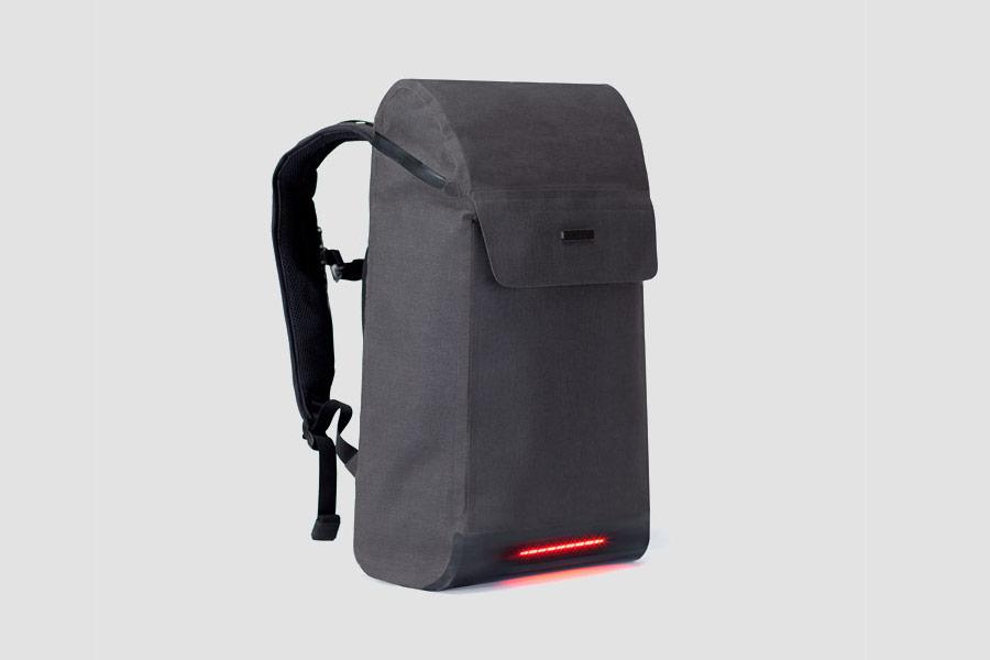 Visvo Novel 1.0 Backpack — hi-tech batoh s osvětlením a power bankou — šedý — cyklistický batoh — grey hi-tech backpack with power bank and lights — city cyclist backpack
