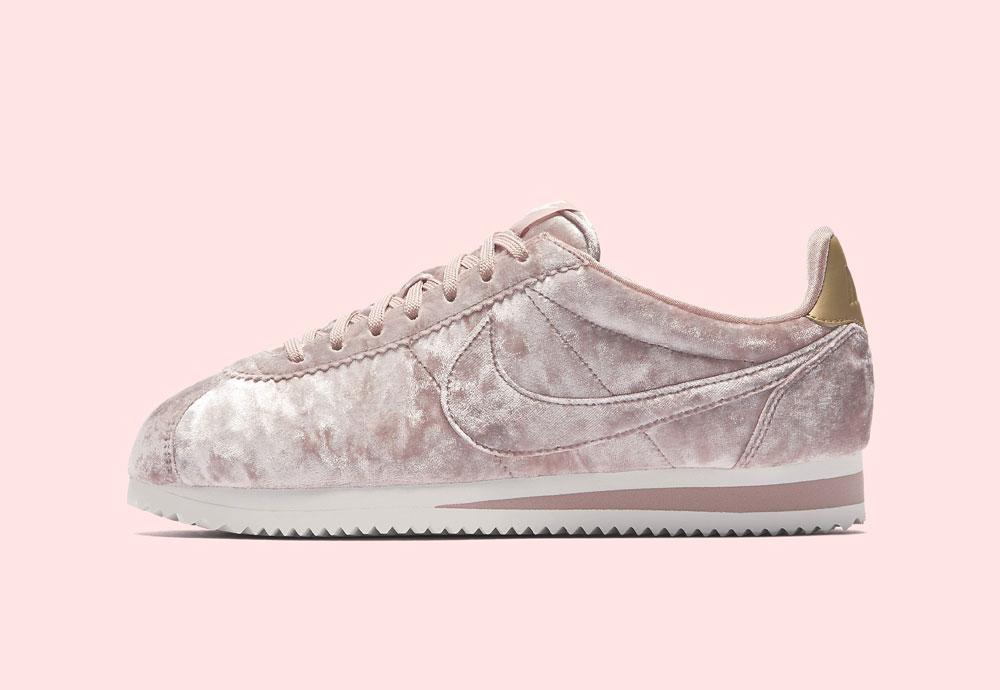 Nike Classic Cortez Velvet — dámské boty — tenisky — sametové, plyšové — světle růžové — light pink women's sneakers, velvet shoes