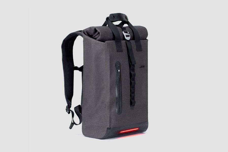 Visvo Novel 2.0 Backpack — hi-tech batoh s osvětlením a power bankou — šedý — cyklistický batoh — grey hi-tech backpack with power bank and lights — city cyclist backpack