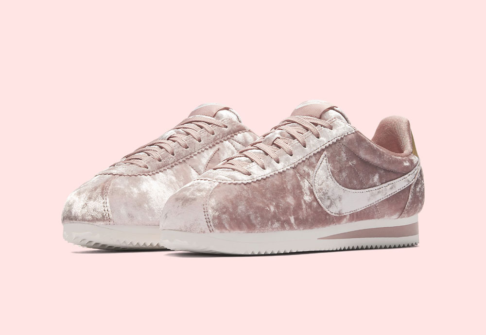 Nike Classic Cortez Velvet — dámské tenisky — boty — sametové, plyšové — světle růžové — light pink women's sneakers, velvet shoes
