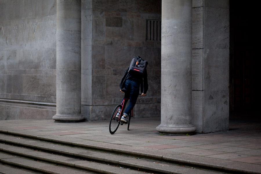 Visvo Novel Backpack — hi-tech batoh s osvětlením a power bankou — šedý — cyklistický batoh — grey hi-tech backpack with power bank and lights — city cyclist backpack