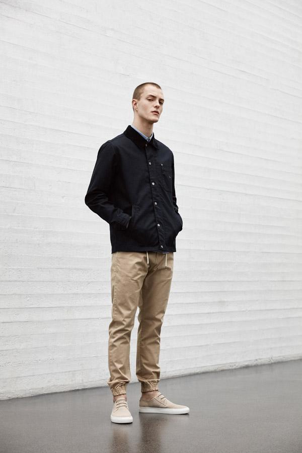 Makia — pánská černá jarní bunda — béžové kalhoty joggers — béžové tenisky — jaro 2018 — pánské oblečení