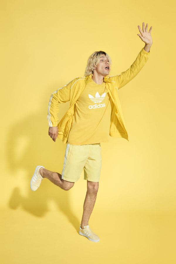 adidas Originals adicolor — pánské žluté šortky — pánská žlutá sportovní bunda s kapucí — pánské žluté tričko — žluté tenisky Campus — sportovní oblečení — jaro/léto 2018 — spring/summer — sportswear