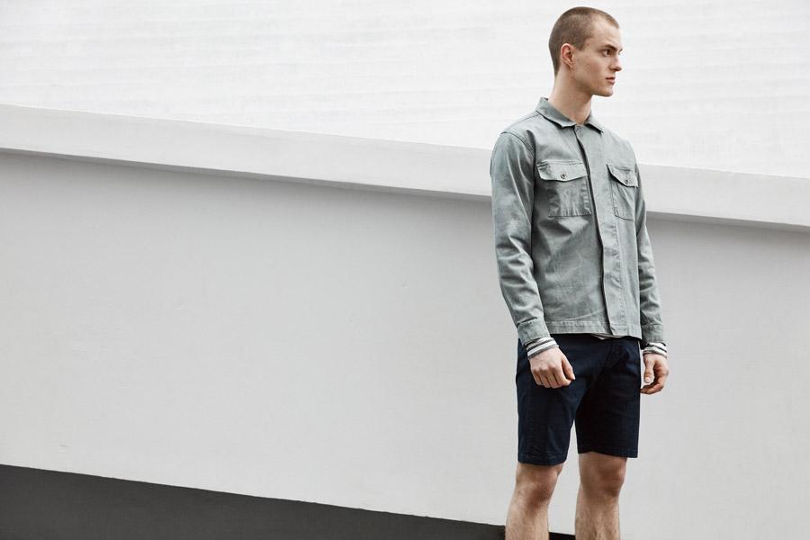 Makia — krátká modro-šedá košile s dlouhým rukávem — modré šortky — jaro 2018 — pánské oblečení