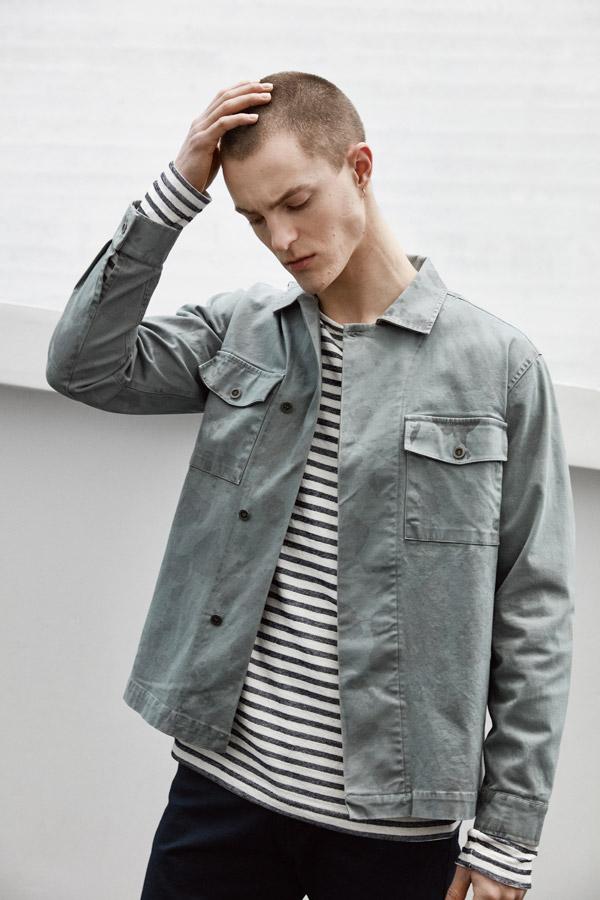 Makia — krátká modro-šedá košile s dlouhým rukávem — bílé proužkované tričko — jaro 2018 — pánské oblečení
