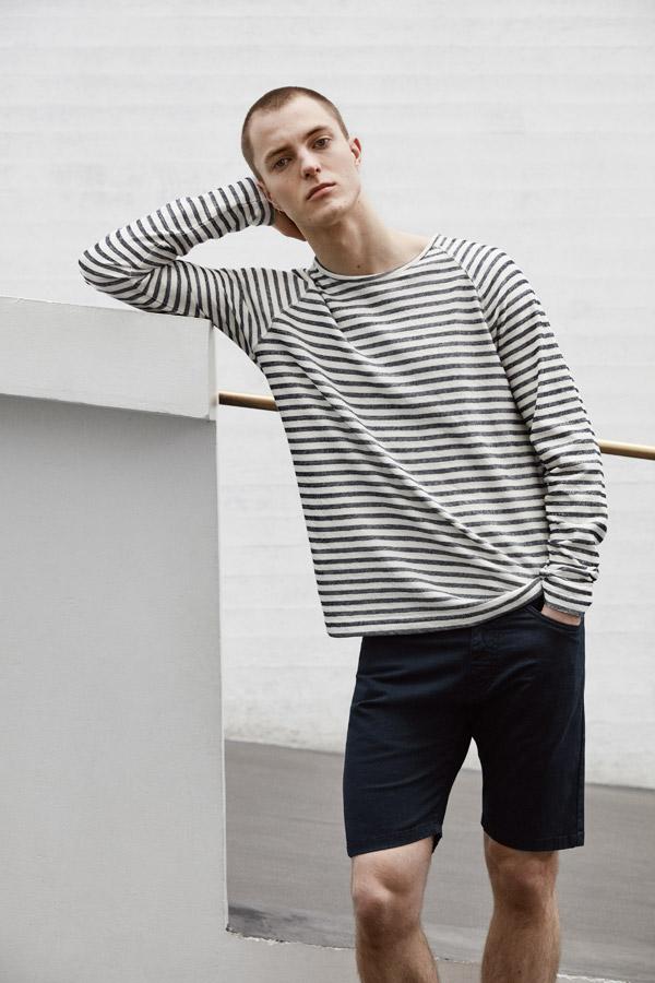 Makia — bílé pruhované tričko — modré šortky — jaro 2018 — pánské oblečení