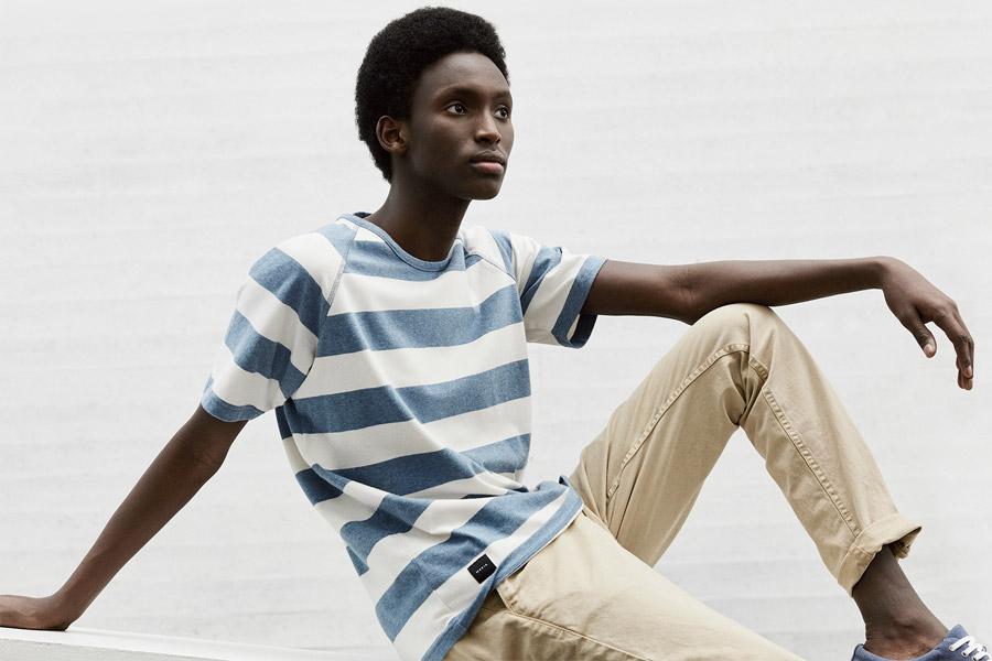 Makia — modro-bílé pruhované tričko — béžové kalhoty — jaro 2018 — pánské oblečení