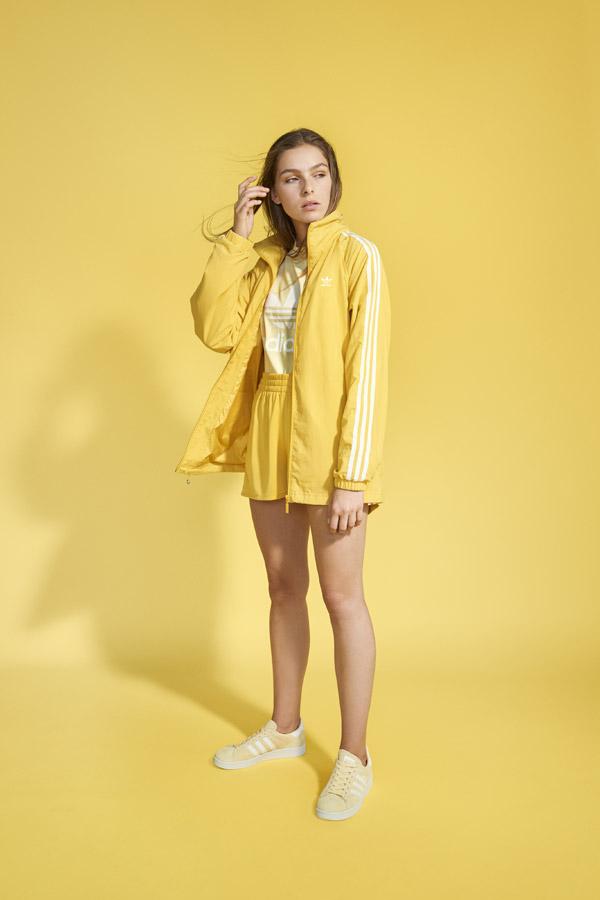 adidas Originals adicolor — dámské žluté šortky — dámská žlutá sportovní bunda bez kapuce — dámské žluté tričko — žluté boty Campus — sportovní oblečení — jaro/léto 2018 — spring/summer — sportswear