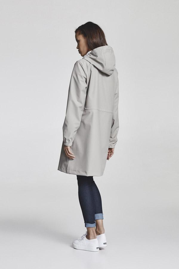 Makia — šedá dámská nepromokavá parka s kapucí — jarní bunda — pršiplášť — jaro 2018 — dámské oblečení