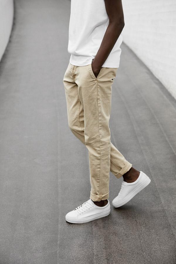 Makia — pánské bílé tenisky — plátěné béžové kalhoty — jaro 2018 — pánské oblečení