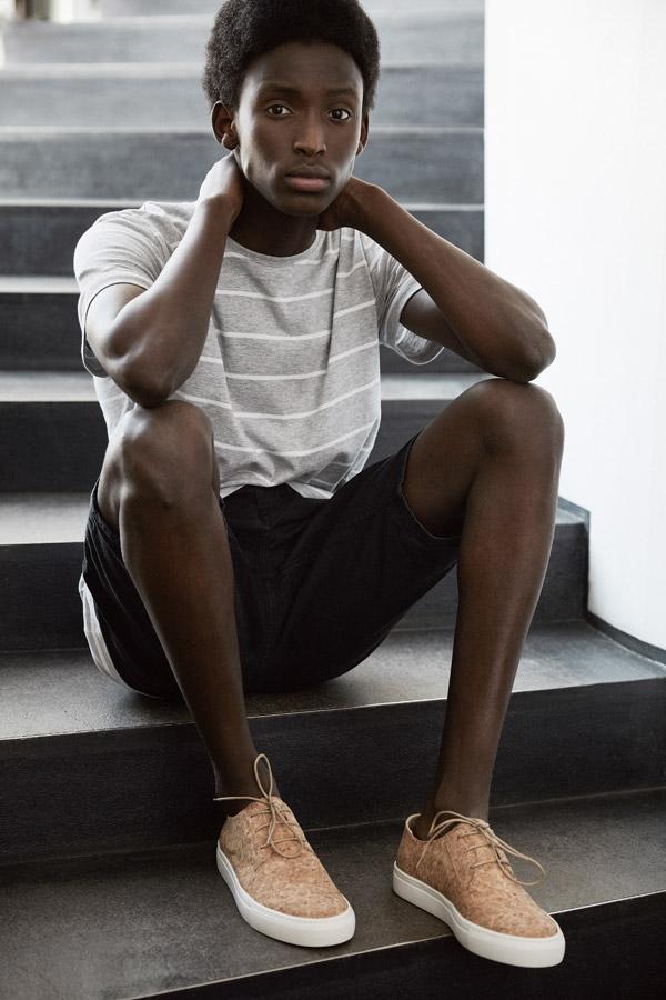 Makia — béžové korkové tenisky — šedé tričko s bílými proužky — jaro 2018 — pánské oblečení