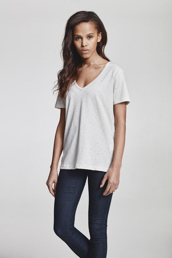 Makia — dámské bílé tričko do V s tečkami — jaro 2018 — dámské oblečení
