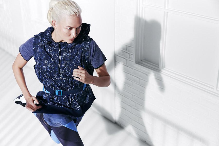 adidas x Stella McCartney — dámská modrá vesta s kapucí s kostičkami — modré legíny — modré šortky — sportovní oblečení — jaro/léto 2018
