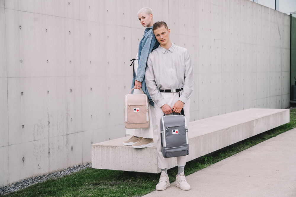 Pinqponq — béžový batoh Cubik — šedý batoh Cubik — sustainable batohy recyklované z PET lahví — backpacks — jaro/léto 2018