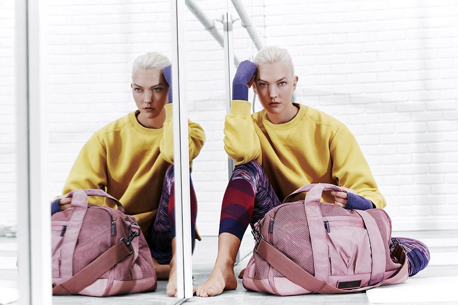 adidas x Stella McCartney — dámská žlutá mikina — barevné legíny — růžová tréninková taška — sportovní oblečení — jaro/léto 2018